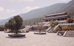 Un tempio cinese di appoggio da una catena montuosa Immagini Stock