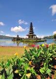 Un tempio di galleggiamento con i fiori Immagine Stock Libera da Diritti