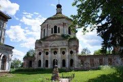 Un tempio dilapidato e un cortile nella regione di Tver' Fotografie Stock Libere da Diritti