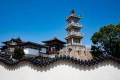 Un temple avec le mur blanc Photographie stock