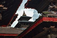 Un temple encadré contre le ciel dans la place de Durbar, Katmandou, Népal images libres de droits