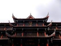 Un temple tranquille au milieu d'une ville occupée Images libres de droits