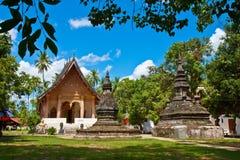 Un temple Wat Aham avec le ciel bleu dans Luang Prabang Image stock