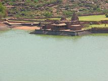 Un templo antiguo con un lago artificial, Badami Imagen de archivo libre de regalías