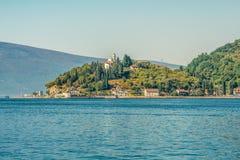 Un templo antiguo de la cubierta de la Virgen en la costa de la bahía de Kotor Fotos de archivo libres de regalías