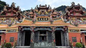 Un templo del Taoist en el distrito de Ruifan de Taipei It's difícilmente para no notar los detalles complejos de la arquitectu fotos de archivo libres de regalías