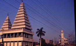 Un templo hindú y una mezquita en Patna, la India Fotos de archivo