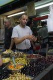 Un tenedor de la parada sirve a clientes en el mercado famoso Mahane Yeh fotos de archivo libres de regalías