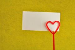 Un tenedor de nota con un rojo oye Fotografía de archivo