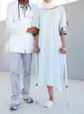 Un terapeuta físico que ayuda a un paciente en el cr Fotografía de archivo