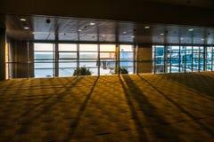 Un terminal d'aéroport le soir Photographie stock libre de droits