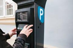 Un terminale moderno per il pagamento il parcheggio dell'automobile La persona preme i bottoni e paga il parcheggio Tecnologia mo Fotografia Stock