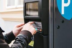 Un terminale moderno per il pagamento il parcheggio dell'automobile La persona preme i bottoni e paga il parcheggio Tecnologia mo Immagini Stock