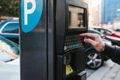 Un terminale moderno per il pagamento il parcheggio dell'automobile La persona preme i bottoni e paga il parcheggio Tecnologia mo Fotografie Stock Libere da Diritti