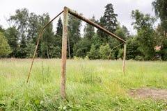 Un terrain de football abandonné en début de l'été Porte rouillée en métal Images libres de droits