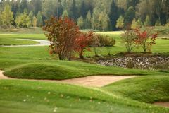 Un terrain de golf avec des routes, des soutes et des étangs photo stock