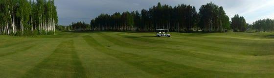 Un terrain de golf avec des routes, des soutes et des étangs et avec des arbres photographie stock libre de droits