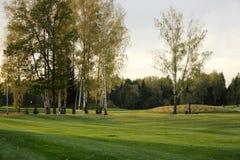Un terrain de golf avec des routes, des soutes et des étangs photos stock