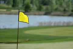 Un terrain de golf avec des routes, des soutes et des étangs et avec le drapeau photographie stock libre de droits