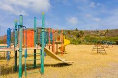 Un terrain de jeu abandonné dans les îles au vent Image libre de droits
