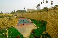Un terrain de jeu dans le fossé des vieux murs de ville, acre Image stock