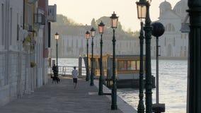 Un terraplén de Venecia con los faroles hermosos almacen de metraje de vídeo