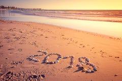 Un testo da 2018 nuovi anni sulla sabbia Immagini Stock Libere da Diritti