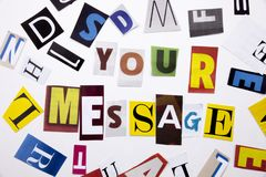 Un testo di scrittura di parola che mostra concetto del MESSAGGIO fatto della lettera differente del giornale della rivista per i Fotografia Stock Libera da Diritti