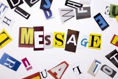 Un testo di scrittura di parola che mostra concetto del MESSAGGIO fatto della lettera differente del giornale della rivista per i Immagine Stock