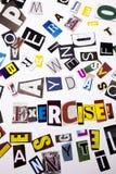 Un testo di scrittura di parola che mostra concetto dell'allenamento di esercizio fatto della lettera differente del giornale del Fotografia Stock Libera da Diritti