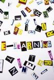 Un testo di scrittura di parola che mostra concetto dell'e-learning fatto della lettera differente del giornale della rivista per Fotografie Stock
