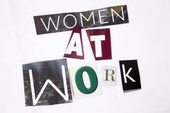 Un testo di scrittura di parola che mostra concetto delle donne sul lavoro fatto della lettera differente del giornale della rivi Fotografia Stock Libera da Diritti