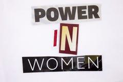 Un testo di scrittura di parola che mostra concetto di potere nelle donne fatte della lettera differente del giornale della rivis Fotografie Stock Libere da Diritti