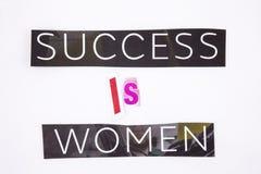 Un testo di scrittura di parola che mostra il concetto di successo è donne fatte della lettera differente del giornale della rivi Immagini Stock Libere da Diritti