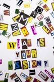 Un texte d'écriture de mot montrant le concept de ce qui est votre mission faite en lettre différente de journal de magazine pour Photos stock