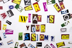 Un texte d'écriture de mot montrant le concept de ce qui est votre mission faite en lettre différente de journal de magazine pour Photographie stock libre de droits