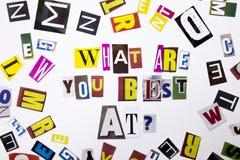 Un texte d'écriture de mot montrant le concept de CE QUI SONT VOUS MEILLEUR À LA QUESTION faite en lettre différente de journal d Photo libre de droits