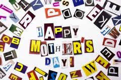 Un texte d'écriture de mot montrant le concept du jour heureux du ` s de mère fait en lettre différente de journal de magazine po Photos libres de droits