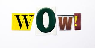 Un texte d'écriture de mot montrant le concept du wow fait en lettre différente de journal de magazine pour le cas d'affaires sur photographie stock libre de droits