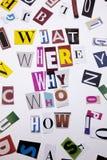 Un texte d'écriture de mot montrant le concept de QUELLE OMS OÙ POURQUOI COMMENT QUESTIONS faites en lettre différente de journal Photographie stock libre de droits