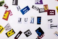 Un texto de la escritura de la palabra que mostraba el concepto de JUNIO hizo de diversa letra del periódico de la revista para e Fotografía de archivo