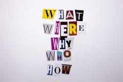 Un texto de la escritura de la palabra que muestra concepto de QUÉ WHO DONDE PORQUÉ CÓMO PREGUNTAS hechas de diversa letra del pe Foto de archivo libre de regalías