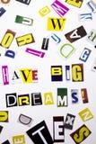 Un texto de la escritura de la palabra que muestra concepto de tiene sueños grandes hechos de diversa letra del periódico de la r Imágenes de archivo libres de regalías