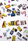 Un texto de la escritura de la palabra que muestra el concepto de justicia hecho de diversa letra del periódico de la revista par fotografía de archivo libre de regalías