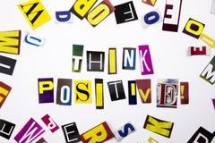 Un texto de la escritura de la palabra que muestra el concepto de positivo Think hecho de diversa letra del periódico de la revis Fotos de archivo libres de regalías
