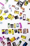 Un texto de la escritura de la palabra que muestra el concepto de positivo Think hecho de diversa letra del periódico de la revis Fotos de archivo