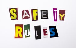 Un texto de la escritura de la palabra que muestra el concepto de reglas de la seguridad hechas de diversa letra del periódico de imagen de archivo