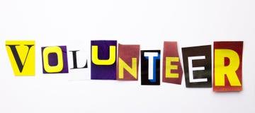 Un texto de la escritura de la palabra que muestra el concepto de voluntario hecho de diversa letra del periódico de la revista p foto de archivo libre de regalías