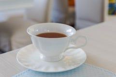 Un thé chaud de tasse en céramique Images libres de droits