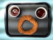 Un thé de bagel et de deux tasses de vue supérieure photo libre de droits